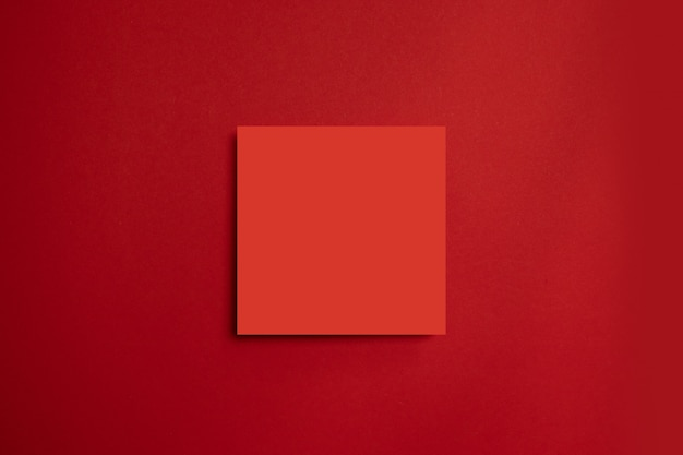 Rode papieren poster op een rode achtergrond. alles in één minimale stijlsjabloon.