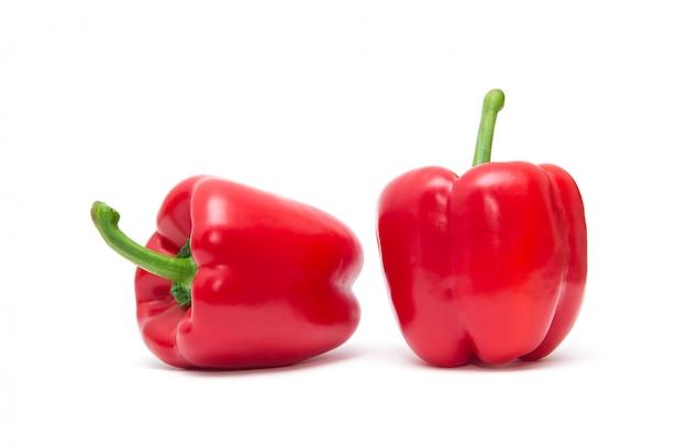 Rode paprika die op witte achtergrond wordt geïsoleerd.
