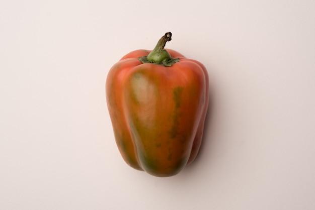 Rode paprika geïsoleerd