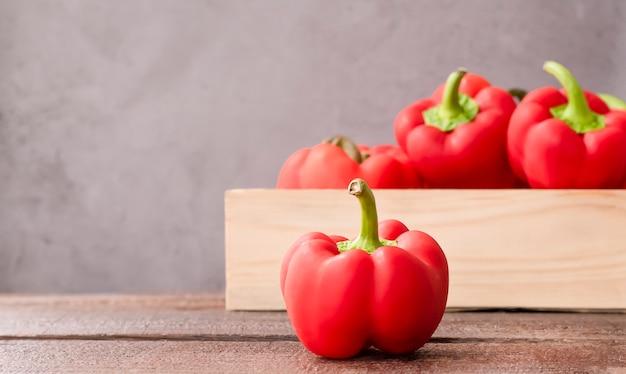Rode paprika in een houten kist op tafel