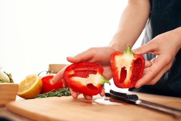 Rode paprika's snijden op een snijplank keuken koken voedsel close-up
