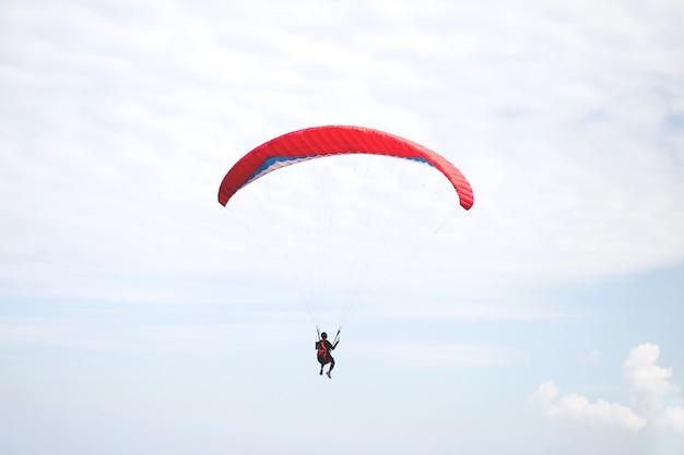 Rode parachute die op winderige dag landt.