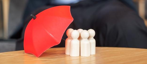 Rode paraplu cover man houten uit menigte van werknemers