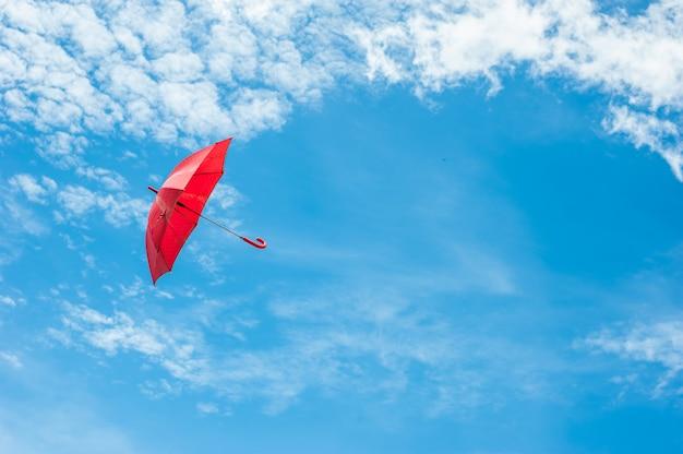 Rode paraplu met blauwe hemel