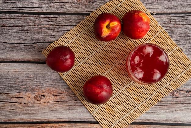 Rode perziken met een kopje ijsdrank
