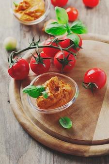 Rode pesto van sicilië met tomaat en basilicum