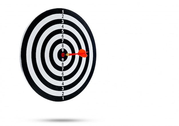 Rode pijl die in het midden van het doel raakt, is een dartbord dat op een witte ondergrond wordt geïsoleerd