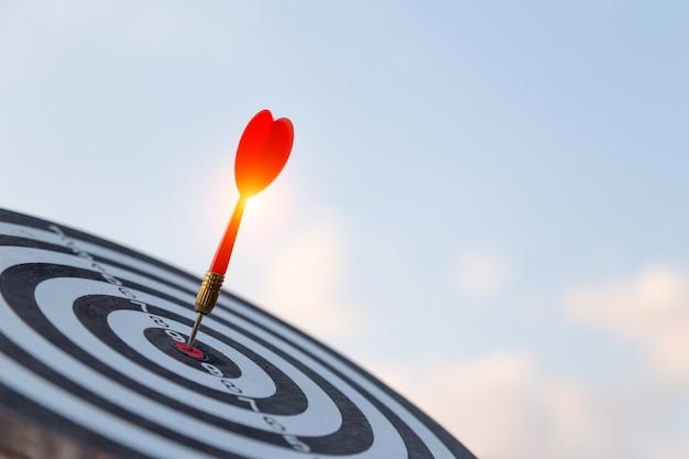 Rode pijl doel pijl raken op bullseye met, target marketing en zakelijk succes concept