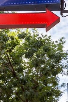 Rode pijl met lichten buitenshuis