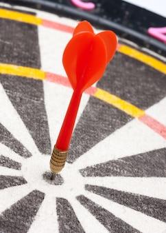 Rode pijl raakt het midden van het doel