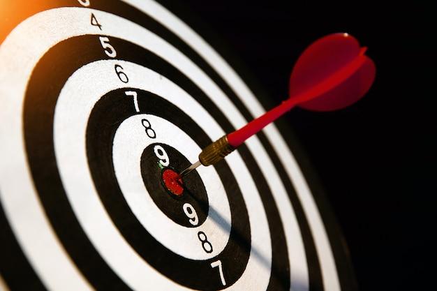 Rode pijl raakt in midden van bullseye