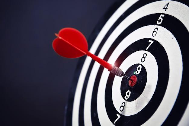 Rode pijl raakt in midden van bullseye.