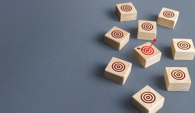 Rode pijl raakte een van de doelen cirkel direct schot bullseye direct ter zake direct marketing