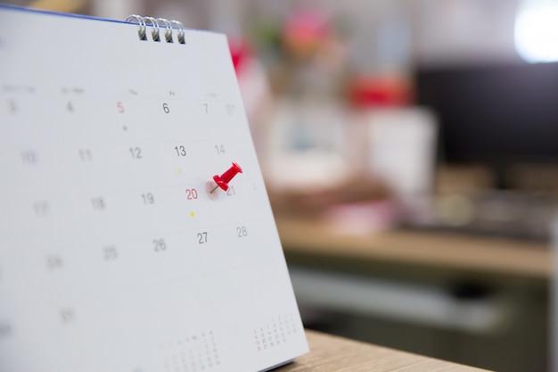Rode pin met agenda voor eventplanner is bezig