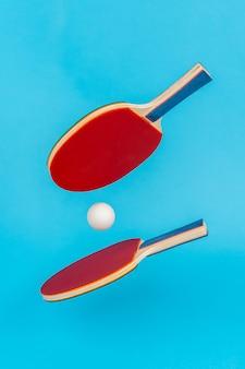 Rode pingpongracket op een blauwe ondergrond