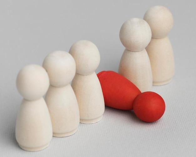 Rode pion gevallen naast wit assortiment