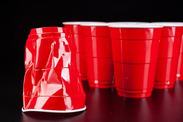 Rode plastic bekers en bal voor een potje bierpong