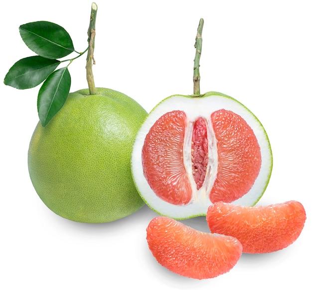 Rode pomelo citrusvruchten op witte achtergrond, (met uitknippad)