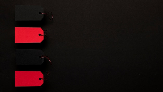 Rode prijskaartjes op de donkere achtergrond van de exemplaarruimte