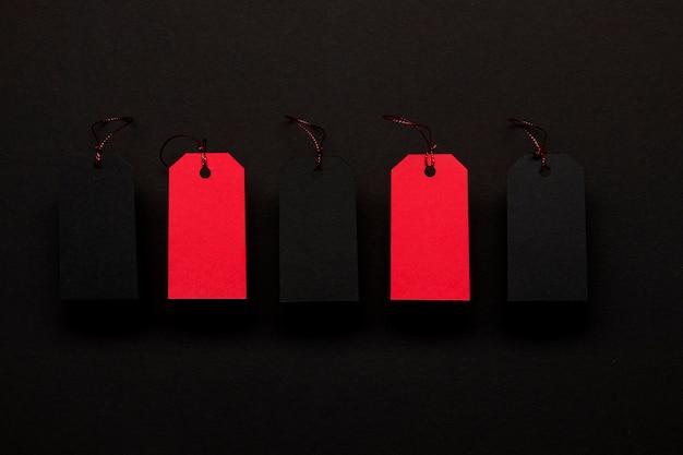 Rode prijskaartjes op zwarte achtergrond