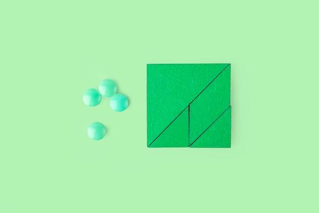 Rode puzzelstukjes met verschillende pillen en medicijnen. concept van neurologische ziektebehandeling: autisme, alzheimer, dimensie. ruimte voor tekst kopiëren. bewustwordingsdag. ondersteunend en acceptatie.