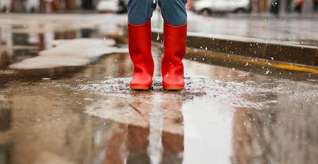 Rode regenlaarzen op straat