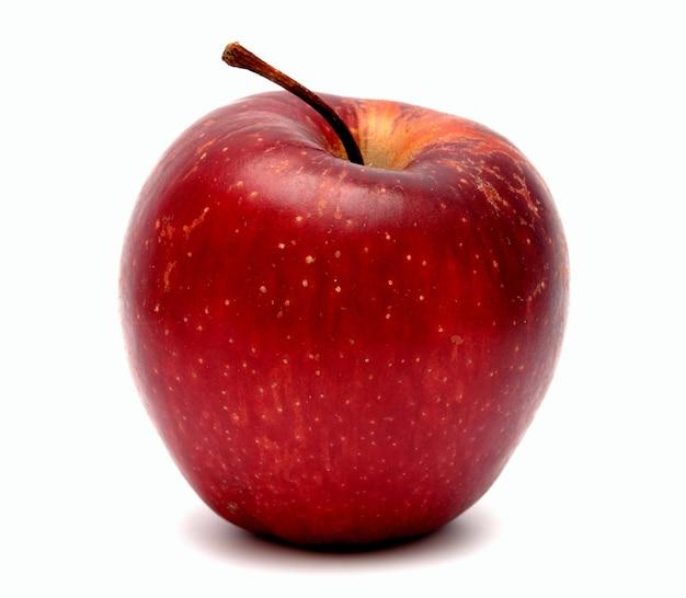 Rode rijpe appel op een witte achtergrond