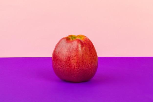 Rode rijpe appel op fel paars