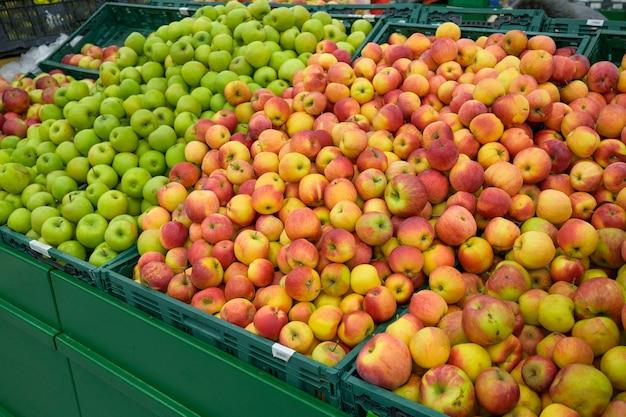 Rode rijpe appels in een kruidenierswinkelopslag