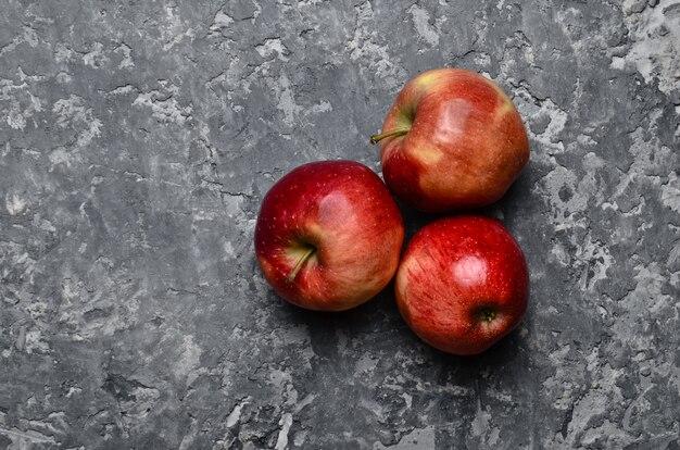 Rode rijpe appels op een betonnen tafel. vers fruit. loft en rustieke stijl. bovenaanzicht