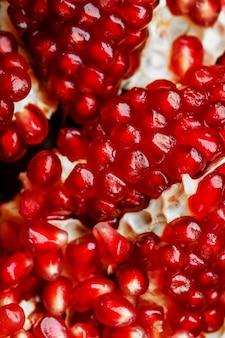 Rode rijpe en sappige zaden van het verse close-up van het granaatappelfruit.