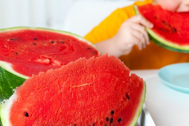 Rode rijpe watermeloen in stukjes gesneden, zoet rijp rood vruchtvlees van een rijpe watermeloen