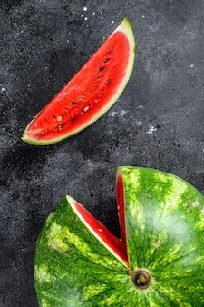 Rode rijpe watermeloen met uitgesneden plakjes