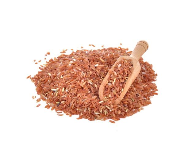 Rode rijst in een bolletje op tafel