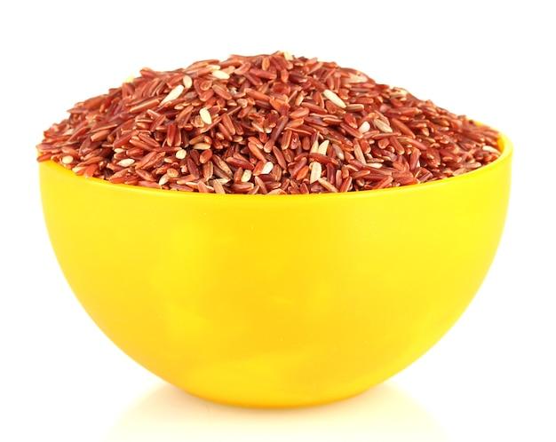 Rode rijst in een gele plaat, geïsoleerd op wit
