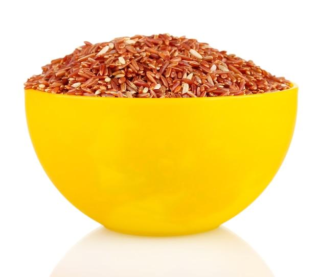 Rode rijst in een gele plaat, op wit
