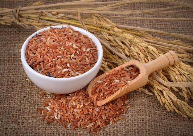 Rode rijst in een kom op tafel
