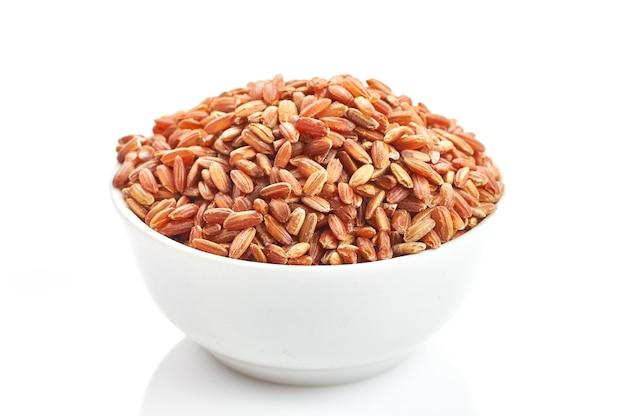 Rode rijst op een witte achtergrond