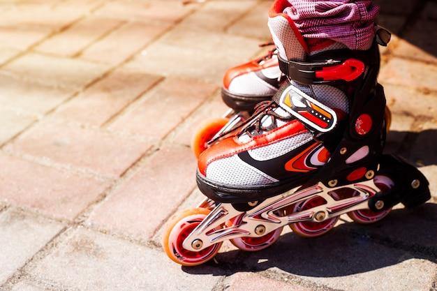 Rode rollers voor kinderen voor buitenactiviteiten op lente- en zomerdagen