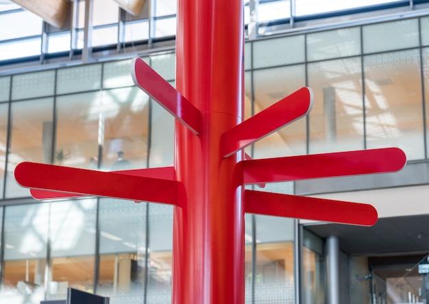 Rode ronde plaat houten wegwijzer