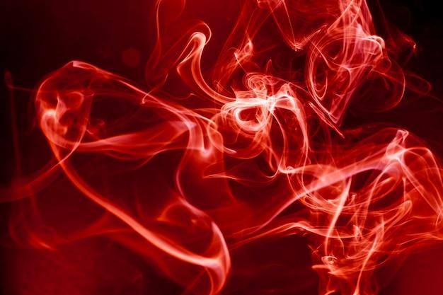 Rode rook beweging op zwarte achtergrond.