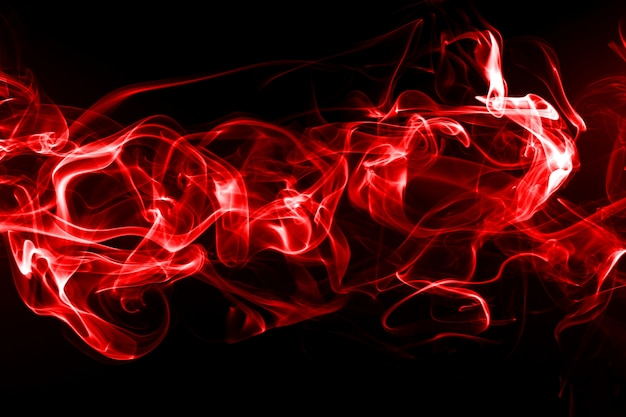 Rode rooksamenvatting die op zwarte achtergrond, brandontwerp wordt geïsoleerd