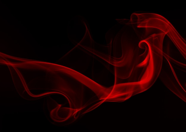 Rode rooksamenvatting op zwarte achtergrond, brandontwerp, duisternisconcept