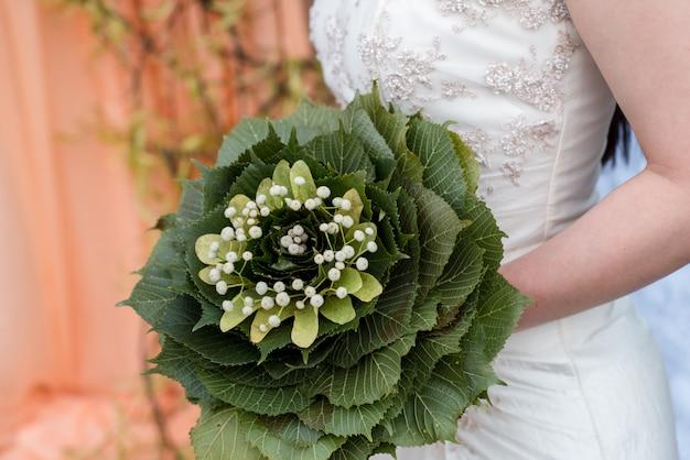 Rode roos als bruids creatief boeket versierd met parels