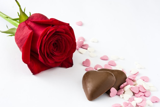 Rode roos, chocoladebonbon met hartvorm en snoepjes
