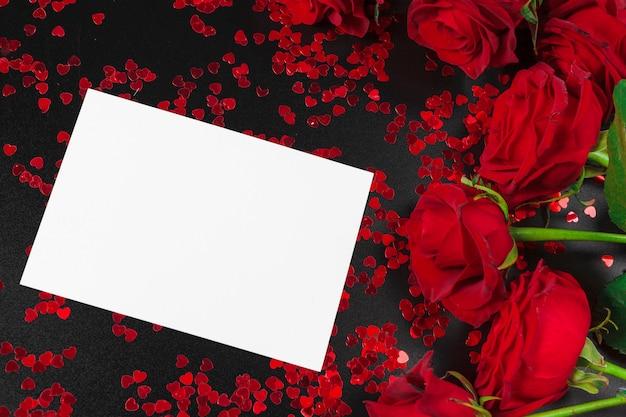 Rode roos en lege geschenk kaart achtergrond