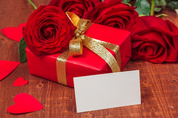 Rode roos en lege geschenkenkaart