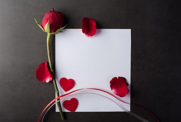 Rode roos met witte kaart