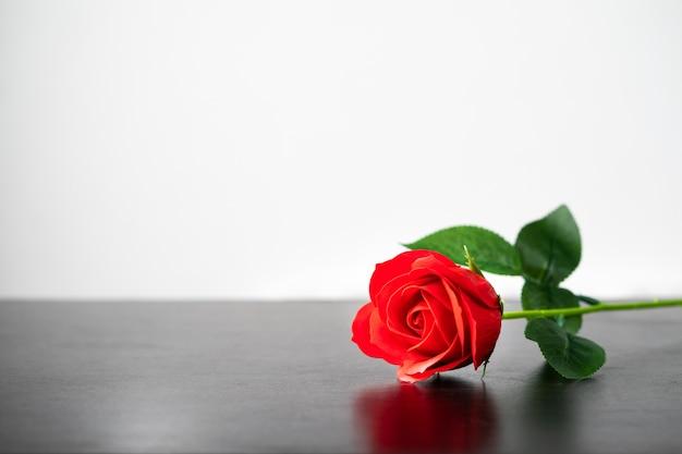 Rode roos op de houten tafel agent wit