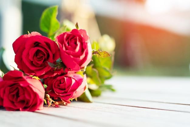 Rode roos op de houten vloer